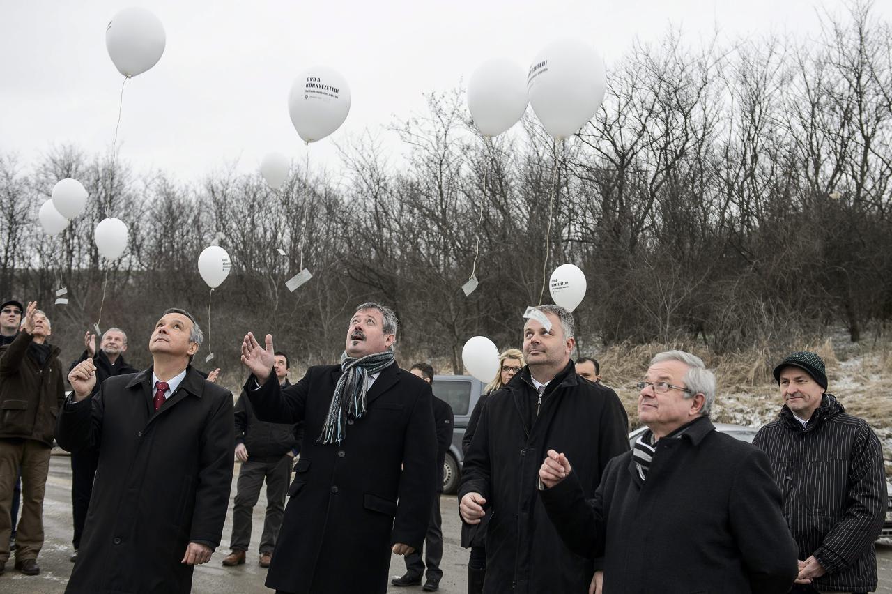 Parragh Dénes, V. Németh Zsolt, Turcsányi Dániel és Habis László léggömböket engednek fel a projektzáró rendezvényen 2015. febru